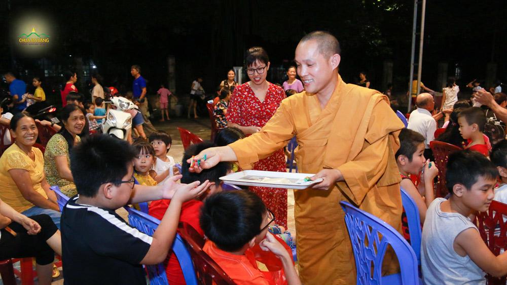 Đại đức Thích Trúc Bảo Việt tặng quà cho các bé tại khu 5B - phường Quang Trung