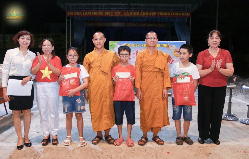 Đại diện chư Tăng chùa Ba Vàng chụp ảnh lưu niệm với lãnh đạo địa phương và các bé có hoàn cảnh khó khăn của khu 5B