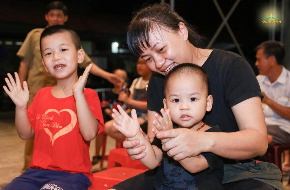 Phụ huynh và các em nhỏ hào hứng khi được tham gia chương trình