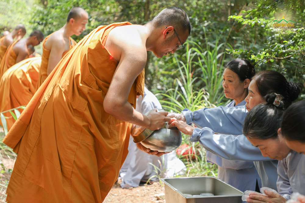Phật tử trong CLB Cúc Vàng thành kính sớt bát cúng dường chư Tăng tại rừng thiền để báo đền Tứ trọng ân
