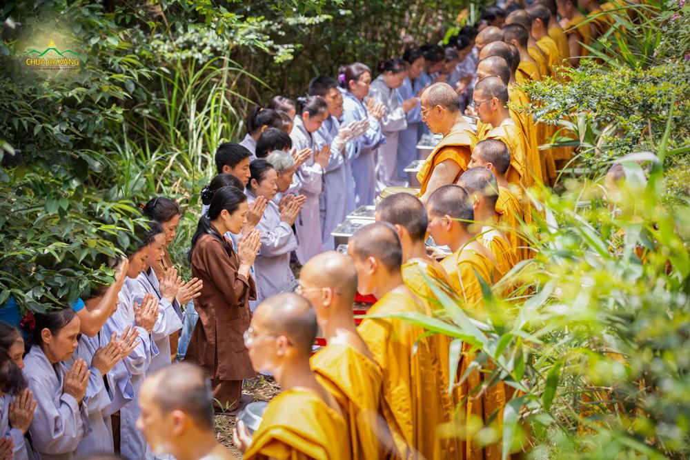 Đại diện Phật tử trong CLB Cúc Vàng - Tập Tu Lục Hòa dâng lời phát nguyện tu tập, làm các công đức, cúng dường Tam Bảo để đền đáp báo Tứ trọng ân