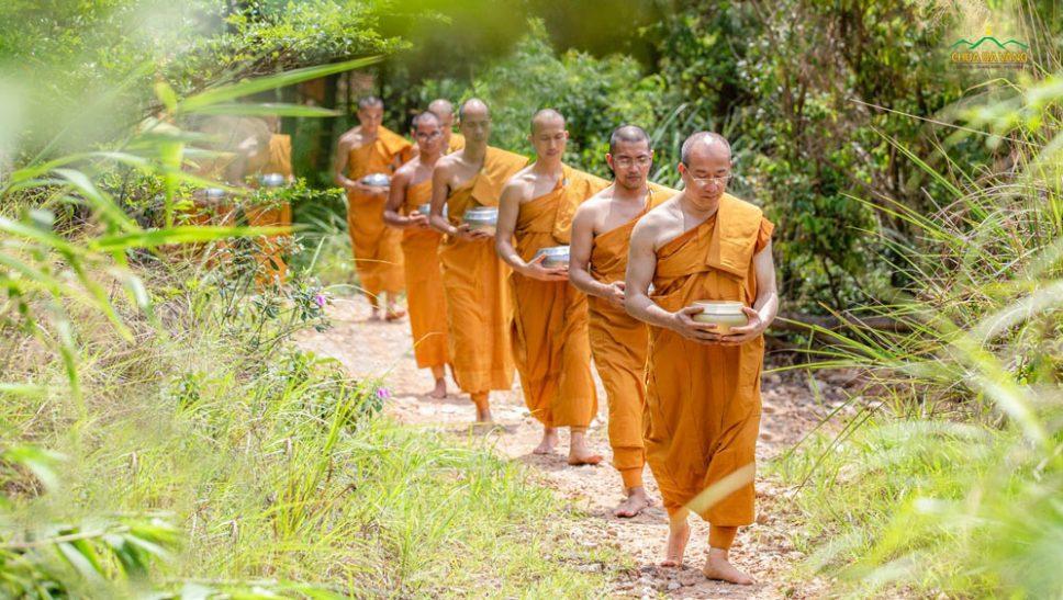 Tại rừng thiền nơi chư Tăng chùa Ba Vàng tu tập - Phật tử sớt bát cúng dường báo Tứ Trọng Ân