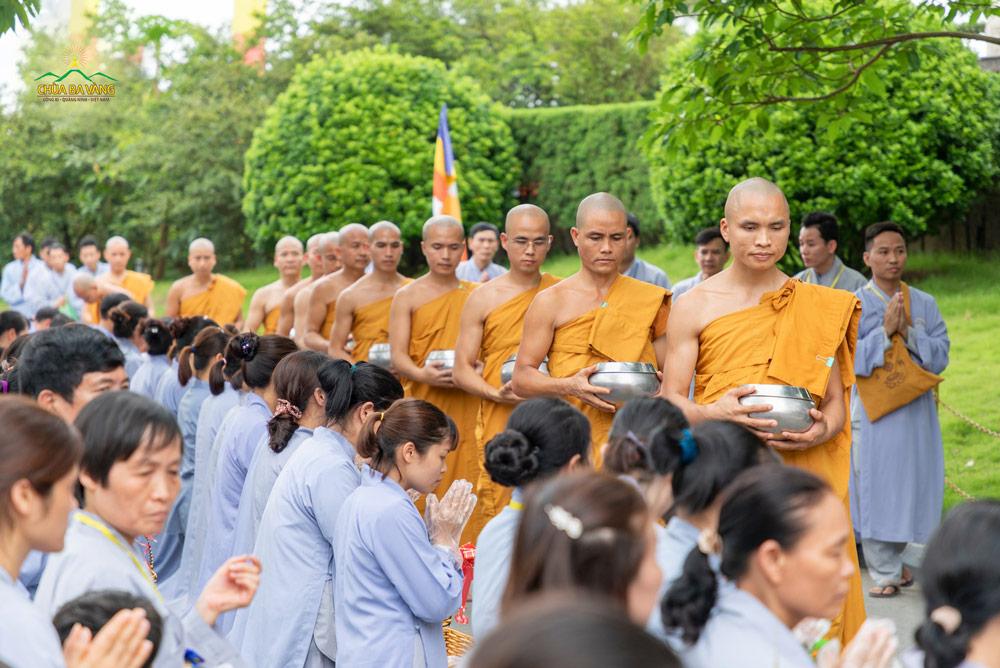 Phật tử chắp tay cung kính khi đoàn chư Tăng khất thực đi qua