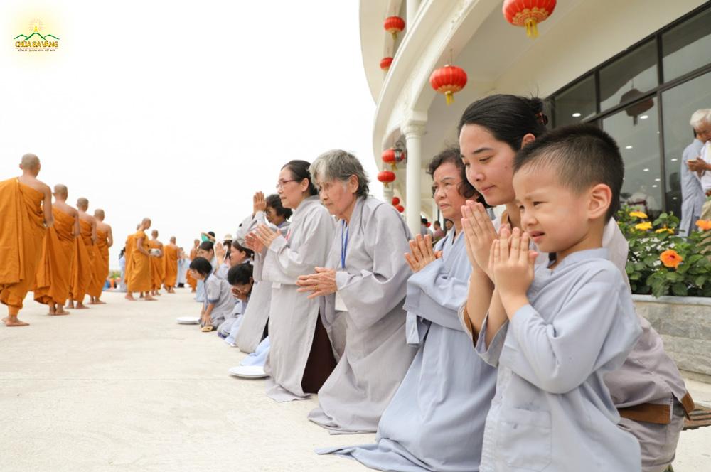Phật tử Trần Thị Phương Thảo cùng con trai của mình tham dự buổi lễ khất thực tại chùa Ba Vàng