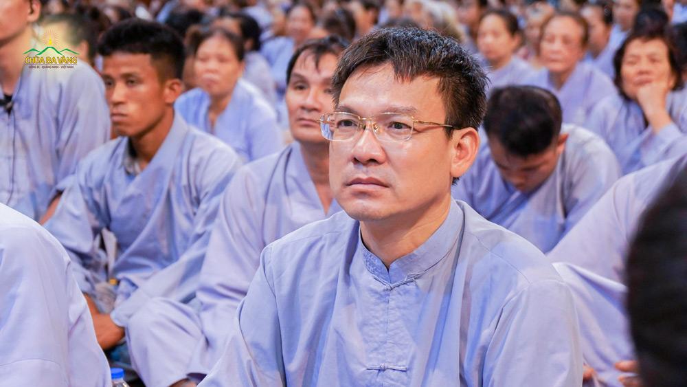 Phật tử Nguyễn Ngọc Công chăm chú lắng nghe những lời Pháp nhũ từ Sư Phụ Thích Trúc Thái Minh