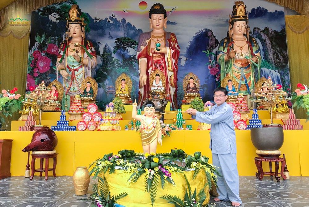 Phật tử Nguyễn Ngọc Công dâng nước tắm Phật tại sân Chính điện