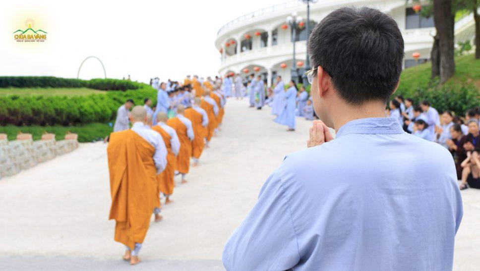 Sự cung kính và cảm nhận được sự tinh tấn của chư Tăng chùa Ba Vàng đó là những cảm xúc của Phật tử Nguyễn Ngọc Công khi được chứng kiến hình ảnh chư Tăng trì bình khất thực