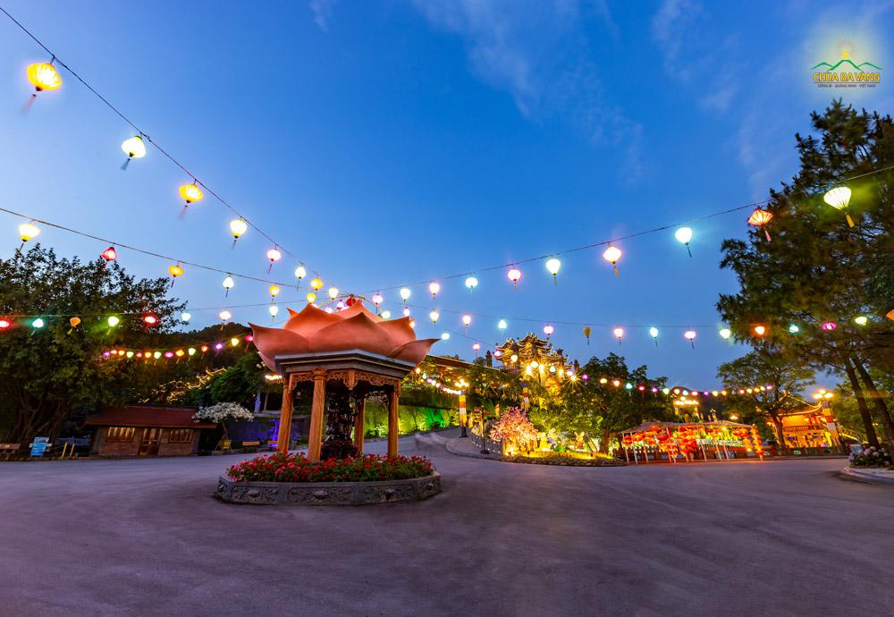 Khuôn viên bổn tự chùa Ba Vàng dường như cũng trở lên yên tĩnh, thơ mộng hơn khi nắng vừa tắt ánh hoàng hôn buông xuống
