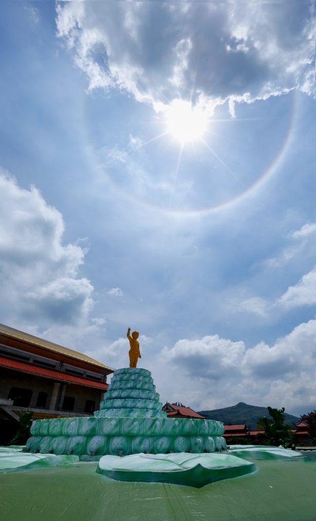 Vầng hào quang được chụp tại tượng Phật đản sinh - chùa Ba Vàng