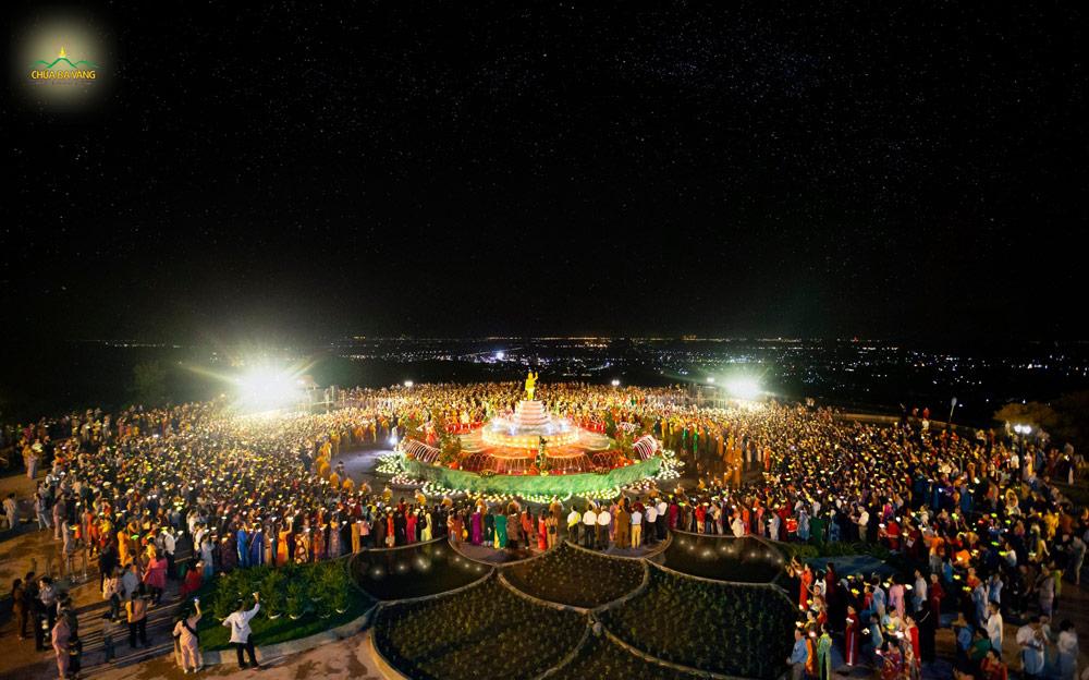 Đêm rước đăng kính mừng Phật đản sinh tại chùa Ba Vàng ngày 08/4 nhuận/Canh Tý