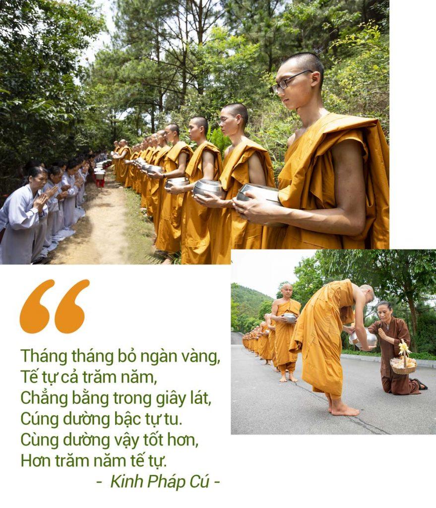 Các Phật tử trong CLB Cúc Vàng sớt bát cúng dường Sư Phụ cùng chư Tăng chùa Ba Vàng