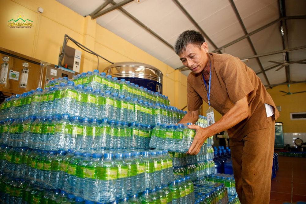 Phật tử cẩn thận chuẩn bị nước uống cho các bạn trẻ khi về chùa tu học