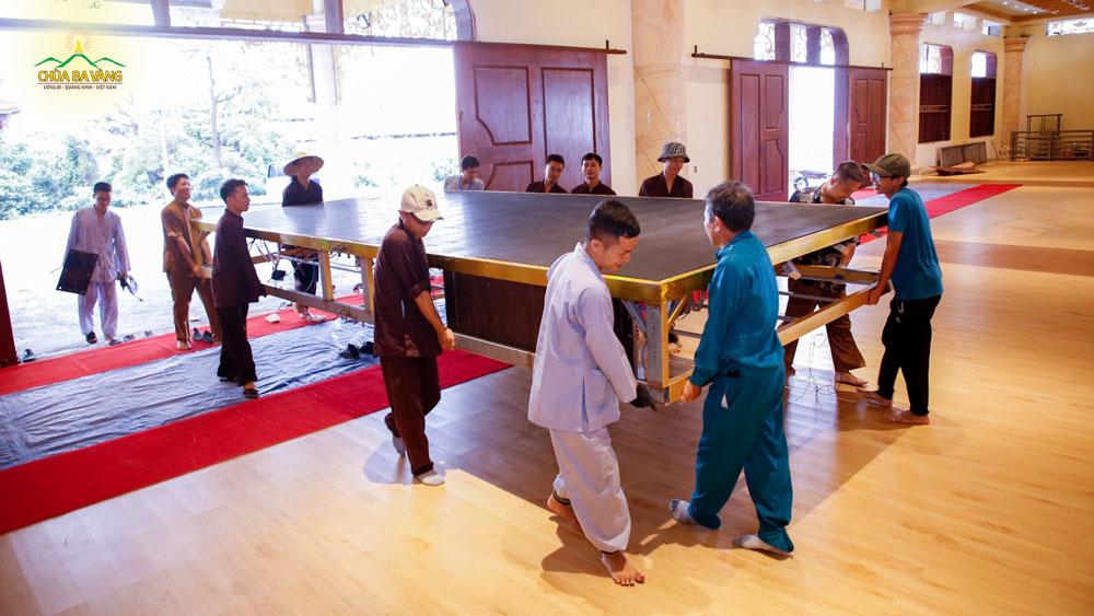 Các cư sĩ tại chùa đang gấp rút hoàn thiện công tác chuẩn bị để khóa tu tuổi trẻ lần 26 được diễn ra tốt đẹp