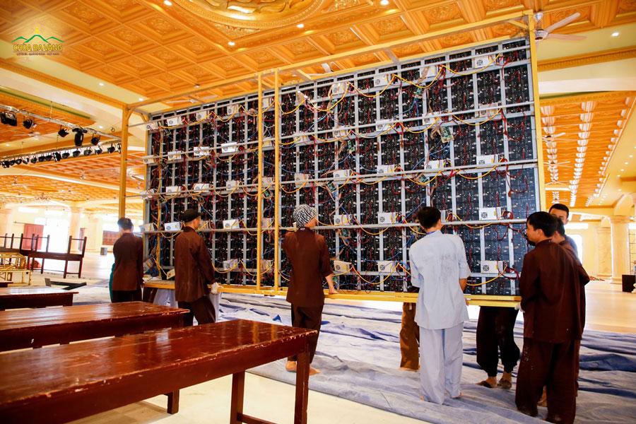 Hệ thống màn led được chuẩn bị tại sân khấu Đại giảng đường