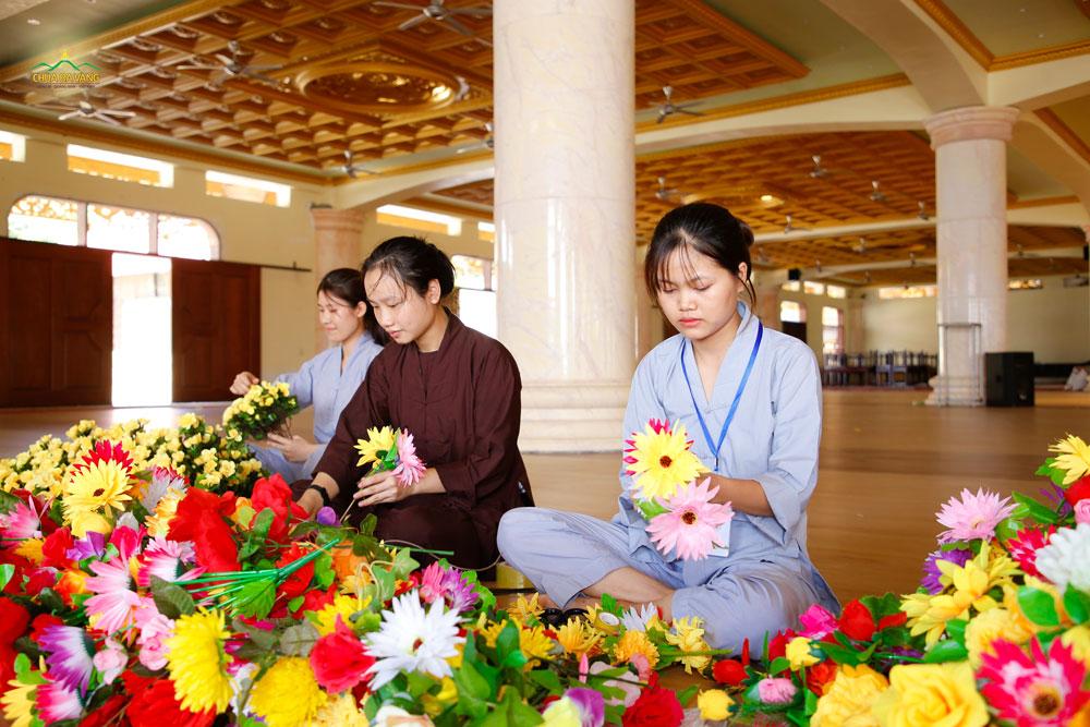 Các Phật tử trẻ chuẩn bị hoa để trang trí cho khóa tu tuổi trẻ