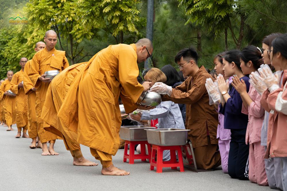 Các bạn trong CLB Tuổi Trẻ Ba Vàng thành kính sớt bát cúng dường Chư Tăng trong ngày về chùa tu học