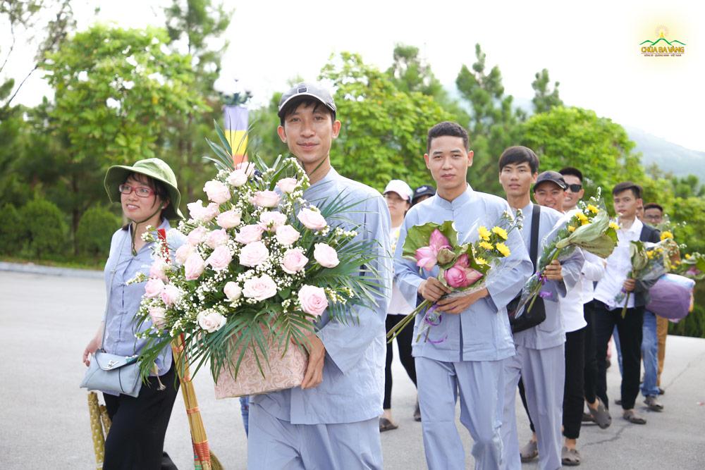 Các bạn trẻ phát tâm chuẩn bị những đóa hoa tươi đẹp nhất để dâng lên cúng dường Tam Bảo