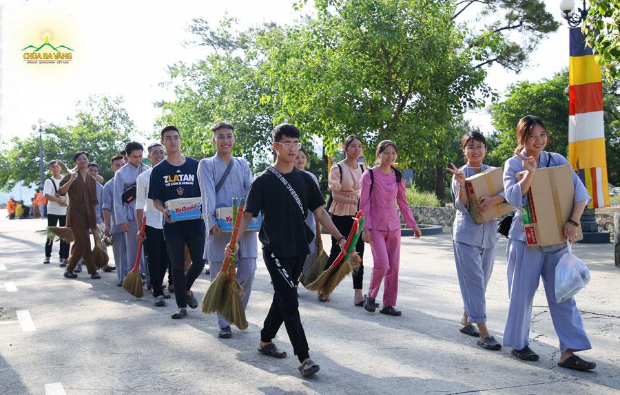 Các bạn trong CLB Tuổi Trẻ Ba Vàng với những vật phẩm hân hoan về chùa cúng dường Tam Bảo