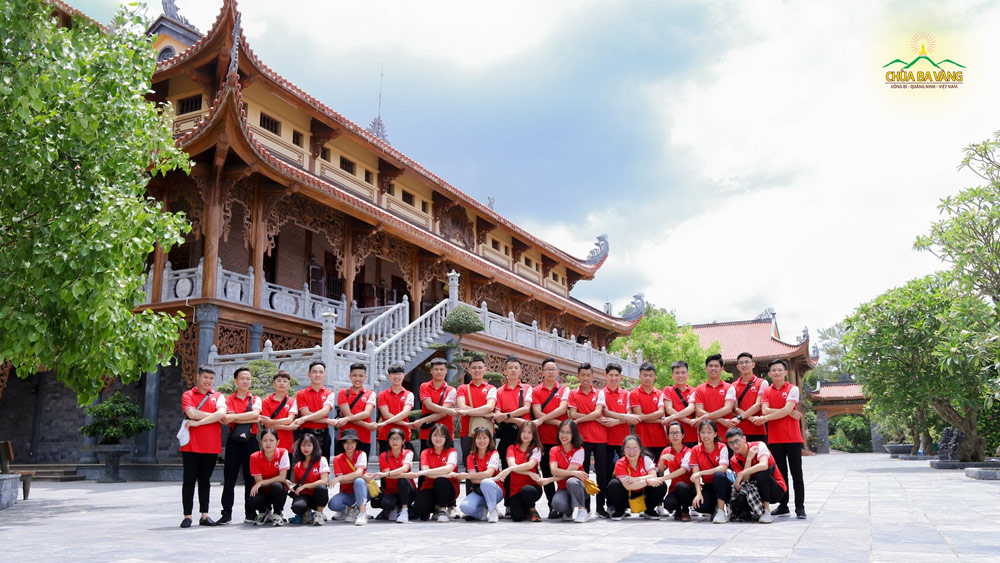 Đội Thanh niên Vận động Hiến máu - Học viện Thanh thiếu niên Việt Nam chụp ảnh kỷ niệm tại chùa Ba Vàng