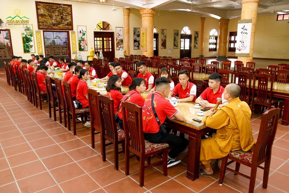 Đại đức Thích Trúc Bảo Chung tiếp đón đội Thanh niên Vận động Hiến máu - Học viện Thanh thiếu niên Việt Nam tại chính điện tầng 1