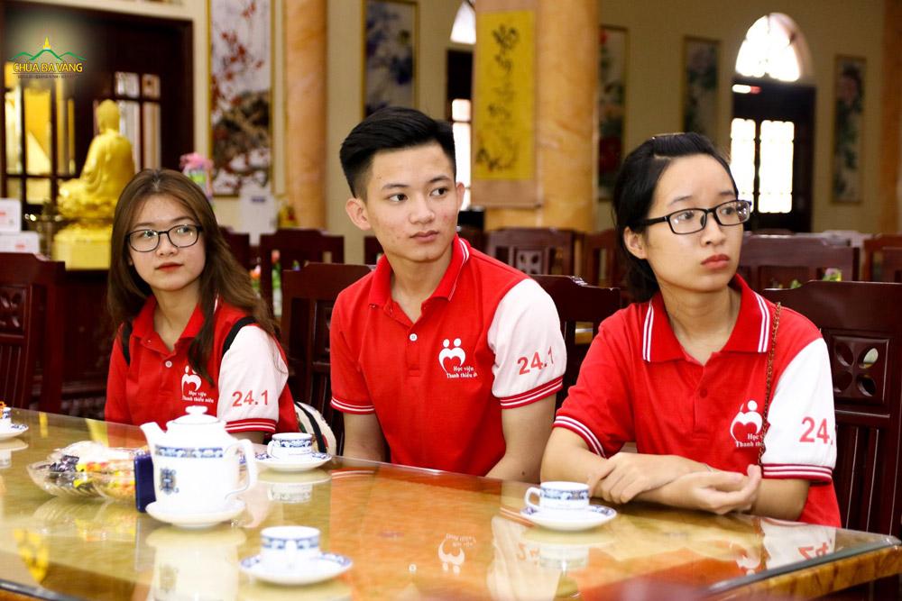 Các bạn trẻ trong đội chăm chú lắng nghe Đại đức chia sẻ về ngôi nhà chung Ba Vàng