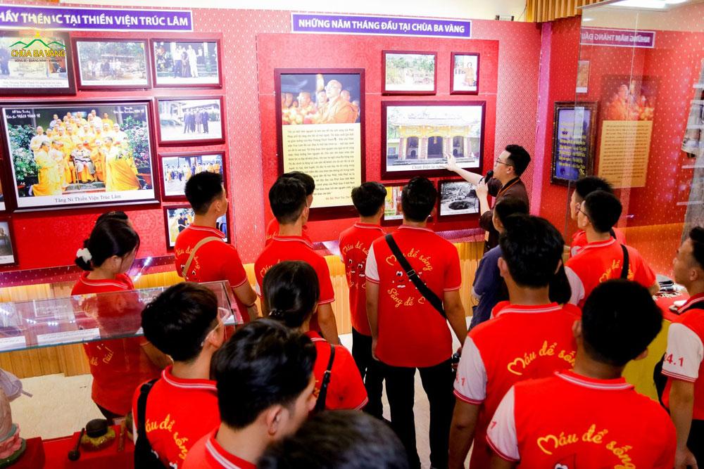Thành viên trong Ban Văn Hóa giới thiệu về lịch sử của chùa Ba Vàng cho các bạn Thanh niên Vận động Hiến máu - Học viện Thanh thiếu niên Việt Nam