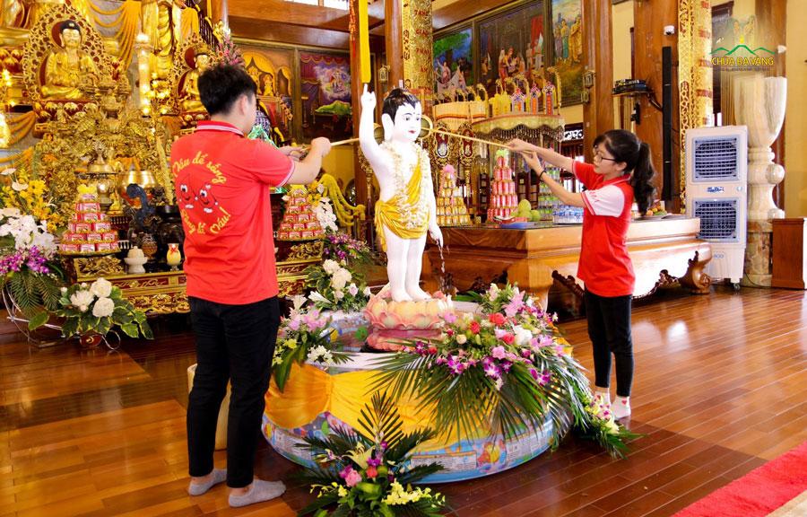 Nhân dịp về thăm chùa, các bạn trẻ đã được thực hiện nghi thức dâng nước cúng dường tắm Phật