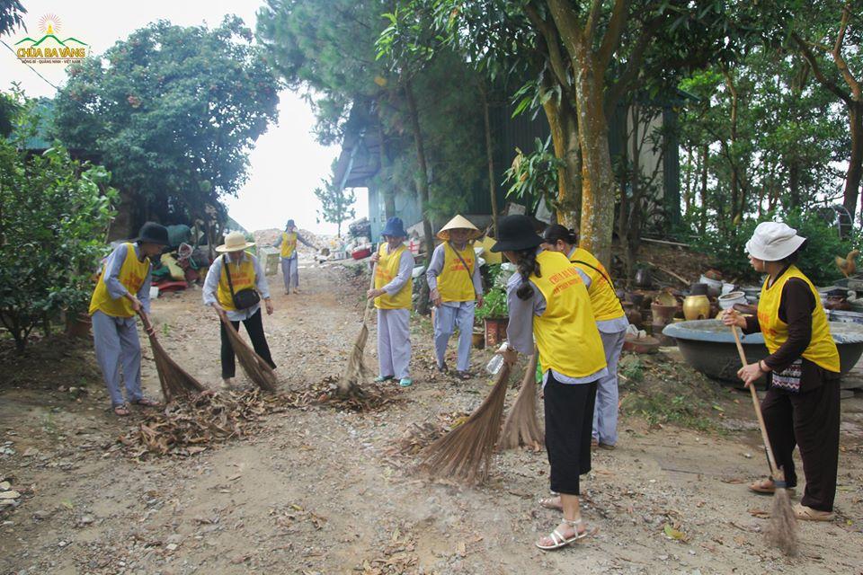 Hình ảnh lao tác của các thành viên trong CLB Tuệ Tâm tại vườn Bạch Ngọc chùa Ba Vàng