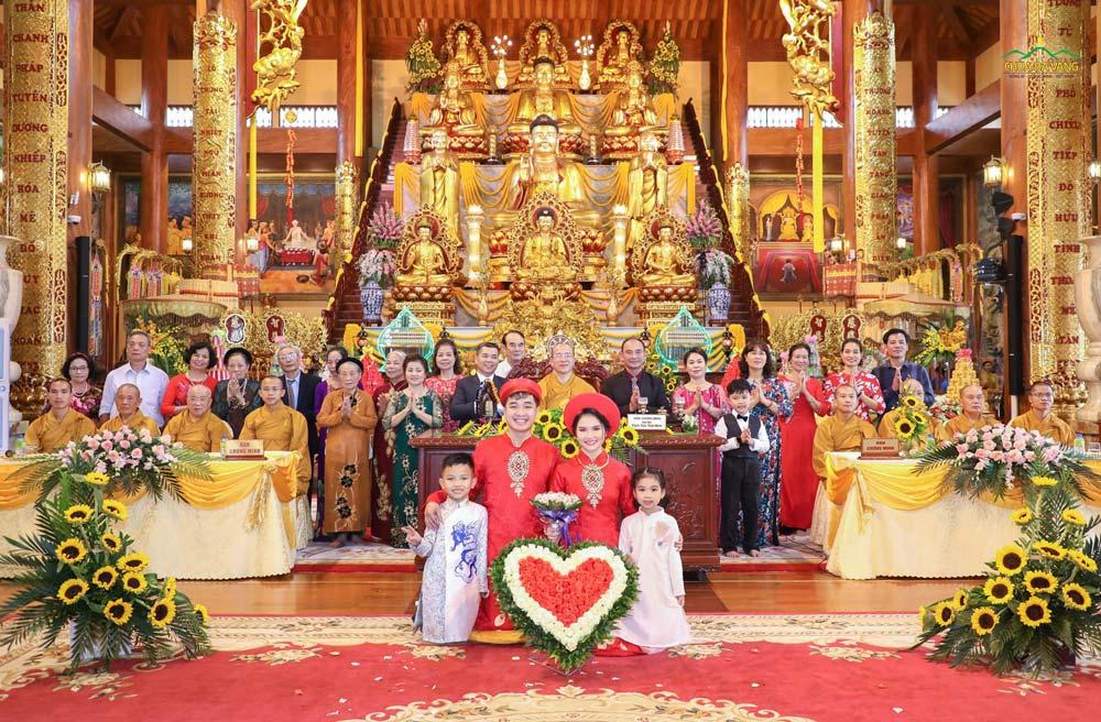 Gia đình 2 bên của tân lang, tân nương chụp hình lưu niệm cùng Sư Phụ và chư Tăng chùa Ba Vàng