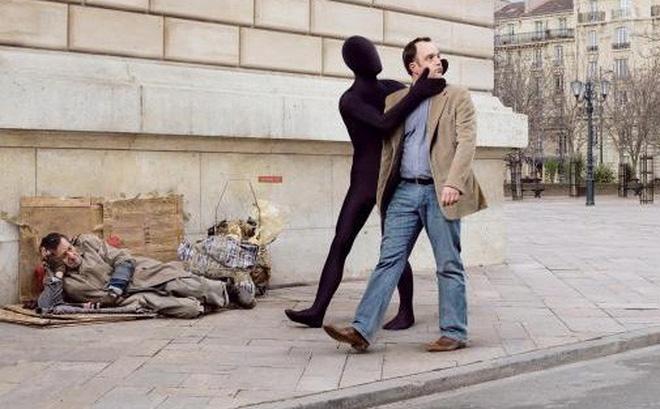 Lối sống ích kỷ, thực dụng cũng là nguyên nhân khiến chúng ta sống vô cảm với nhau (ảnh minh họa)