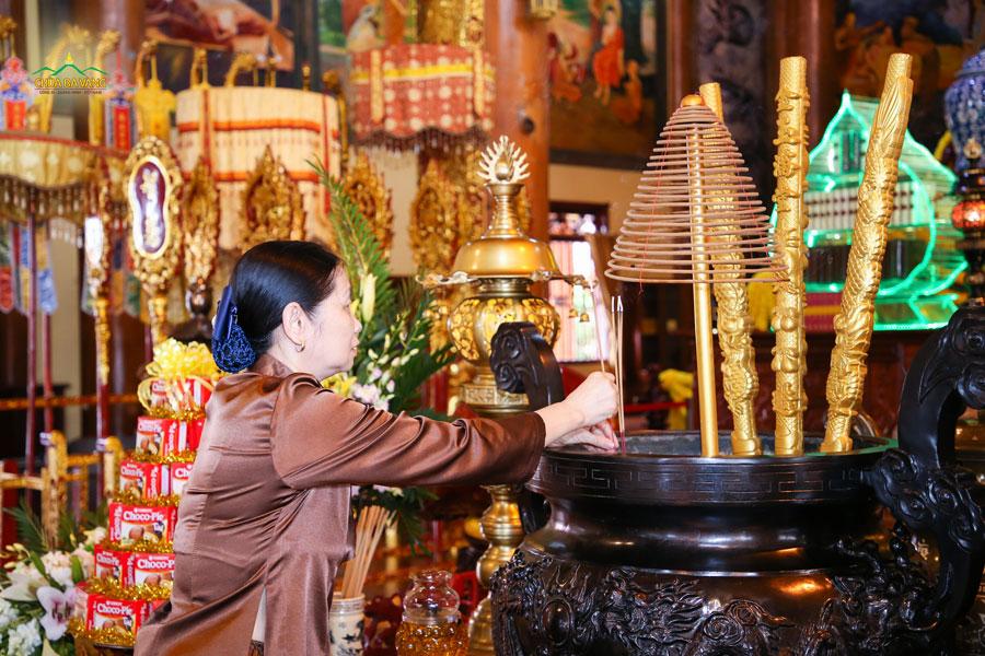 Bà Vũ Thị Loan - Giám đốc văn phòng Tổng đại lý bảo hiểm AIA chi nhánh Bắc Ninh, Bắc Giang, Lạng Sơn dâng hương tại ngôi Tam Bảo