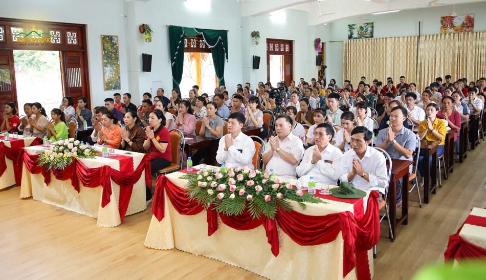 Ban lãnh đạo và thành viên trong Công ty bảo hiểm AIA chắp tay niệm Phật gia hộ trong buổi nghe Sư Phụ giảng Pháp