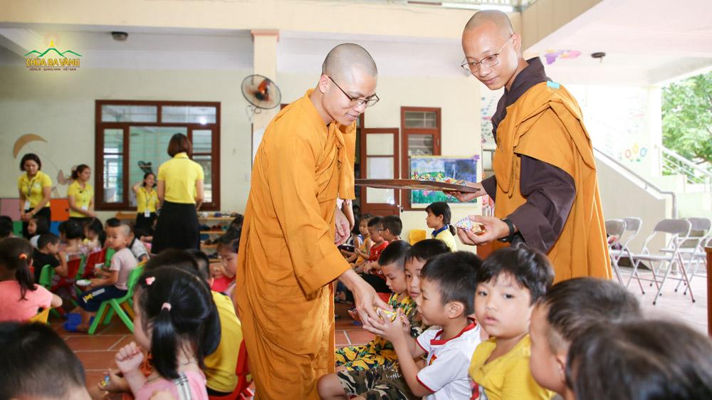 Chư Tăng chùa Ba Vàng tặng quà cho các bé tại Trường mầm non Vàng Danh