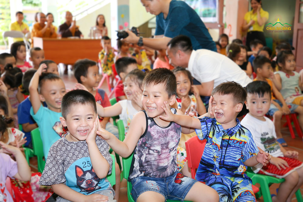 Đại diện Tăng chúng chùa Ba Vàng, Đại đức Thích Trúc Bảo Giác trao tặng 20 triệu đồng nhằm hỗ trợ mua sắm trang thiết bị cho nhà trường