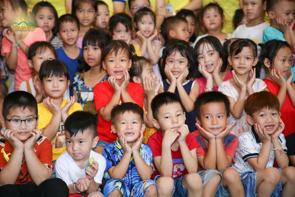 Các bé tại Trường mầm non Vàng Danh cùng nhau chụp ảnh kỷ niệm