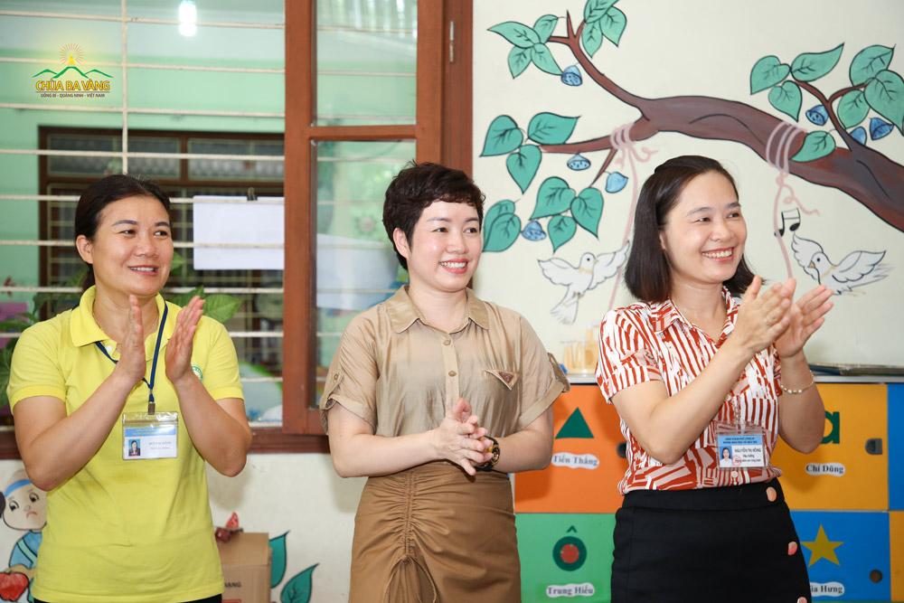 Bà Đỗ Thị Hải Yến - Phó Chủ tịch UBND Phường Vàng Danh (ở giữa)