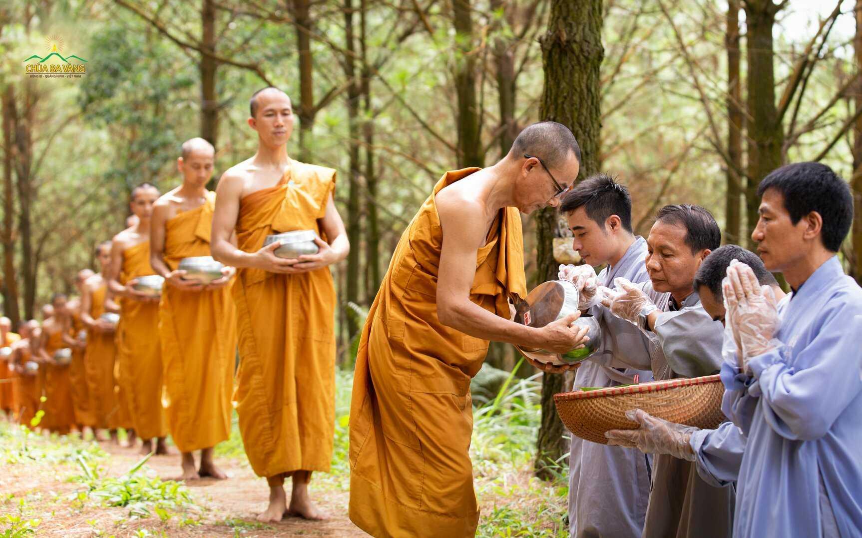 Phật tử cúng dường Tăng đoàn báo đền Tứ trọng ân - n quốc gia, nguyện cầu đất nước thái hòa, bình an