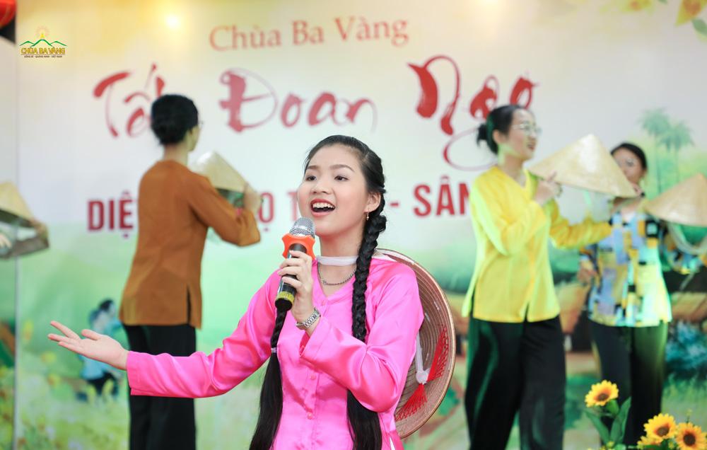 """Với chất giọng đầy cảm xúc, Phật tử nhí Mai Trang đã mang đến đêm văn nghệ những giai điệu sâu lắng trong ca khúc """"Hạt gạo làng ta"""""""