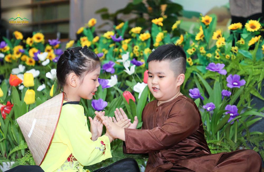 Các em nhỏ biểu diễn trong đêm văn nghệ mừng Tết Đoan Ngọ