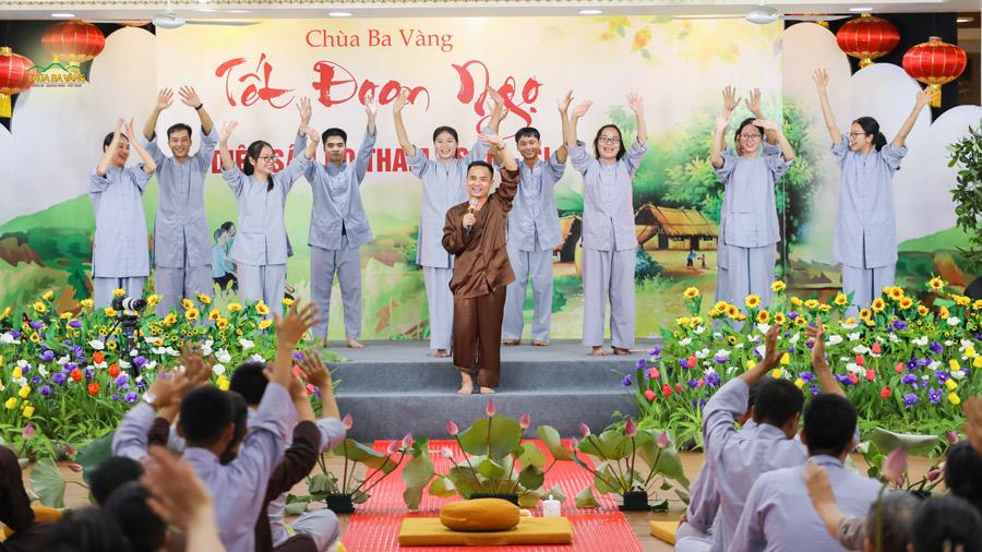 """Các cư sĩ tại chùa khuấy động chương trình đón Tết Đoan Ngọ với tiết mục nhạc kịch """"Diệt sâu bọ tham, sân, si"""""""