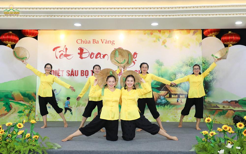 """Mở đầu đêm văn nghệ đón mừng Tết Đoan Ngọ là tiết mục múa """"Ngày mùa"""" của nhóm cư sĩ nữ chùa Ba Vàng biểu diễn"""