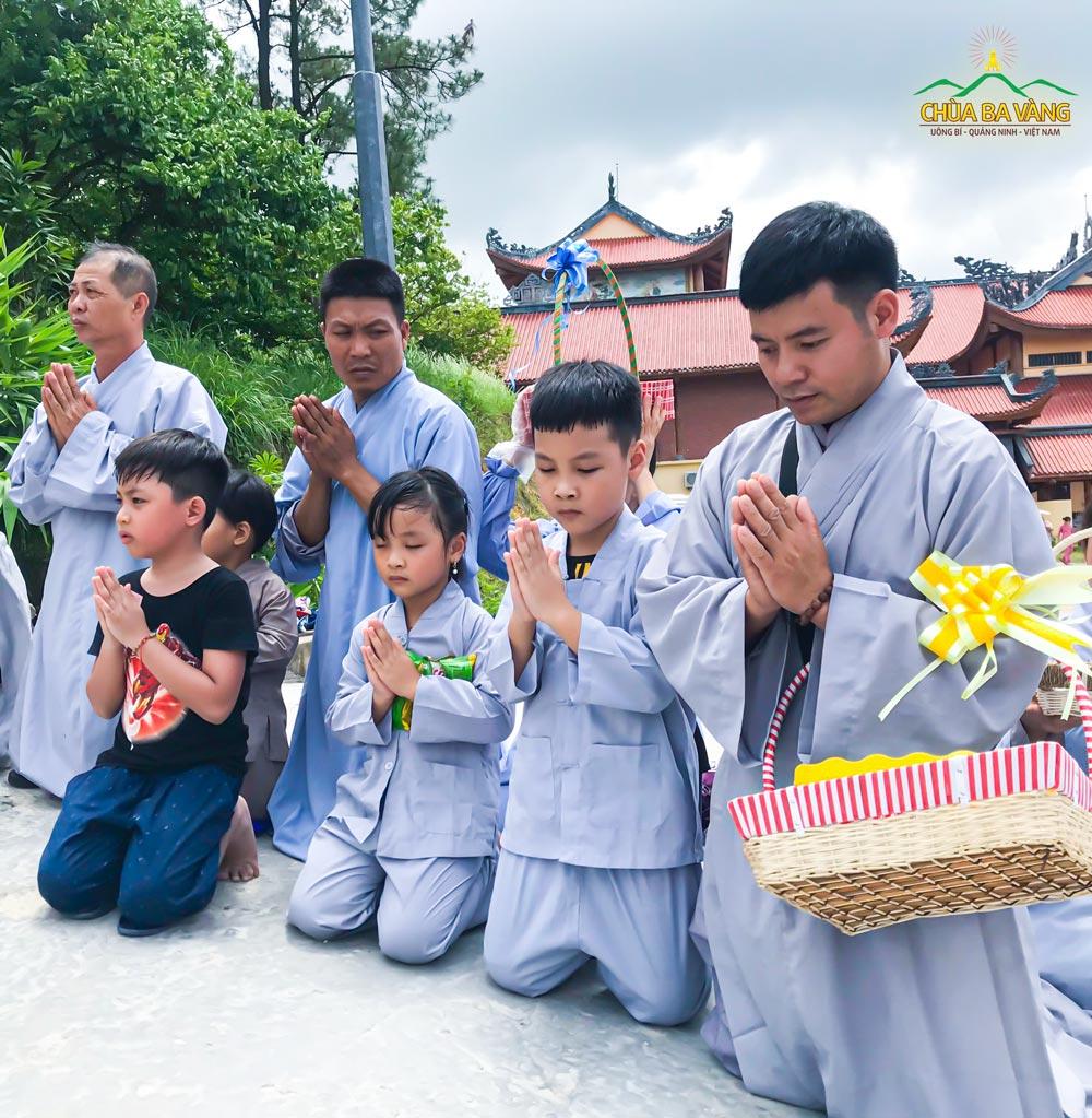 Phật tử Phùng Kim Được cùng các con trong buổi lễ sớt bát