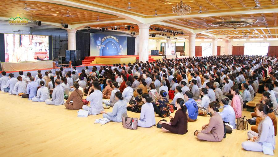 Các Phật tử thực hành thiền định trong ngày tu Bát quan trai giới