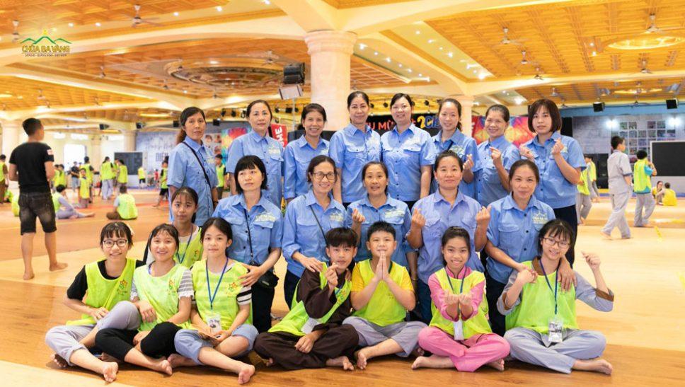 Các cô bác Phật tử trong Ban bảo vệ chụp ảnh cùng khóa sinh trong Khóa tu mùa hè