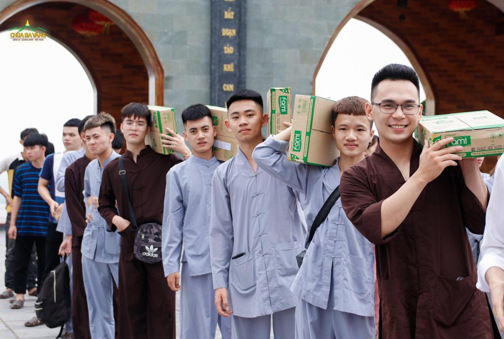 Thành viên trong CLB Tuổi trẻ Ba Vàng cúng dường Tam Bảo khi về chùa