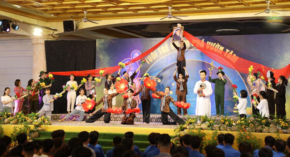 """Các bạn thành viên trong CLB Tuổi trẻ Ba Vàng biểu diễn hoạt kịch """"Mùa thu độc lập và lời kêu gọi toàn dân kháng chiến"""" trong lần sinh hoạt thứ 27"""