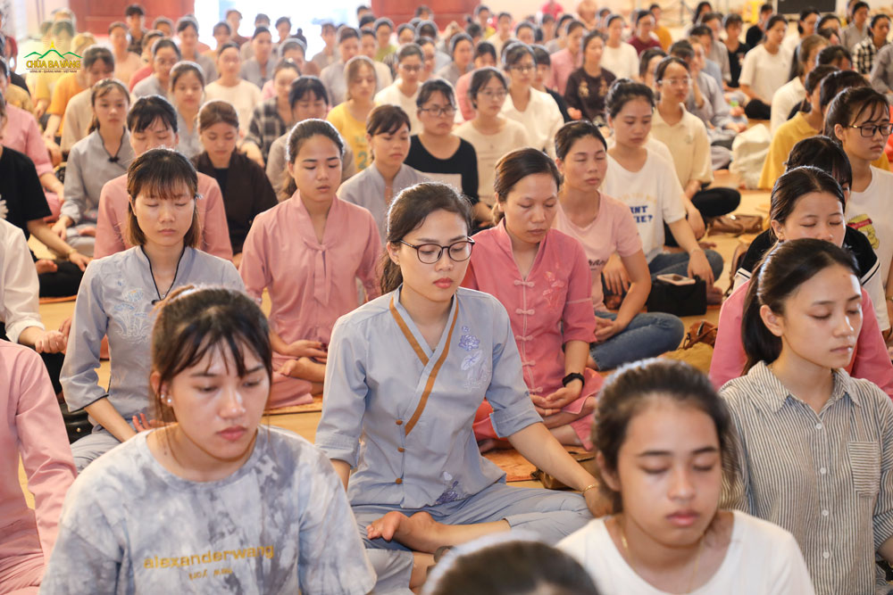 Thiền giúp cho các bạn trẻ có được sự tập trung trước khi bước vào thời khóa Sư Phụ giảng Pháp