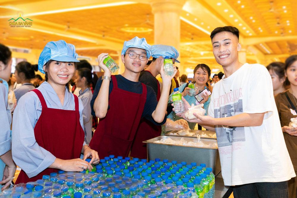 Các bạn trẻ rất vui và phấn khởi khi được nhận những gói xôi lạc thơm ngon và những chai nước lọc thanh mát trước khi lên xe ra về