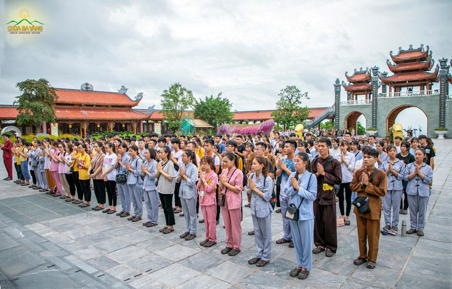 Các thành viên CLB tuổi trẻ Ba Vàng chắp tay trang nghiêm lễ Phật trước ngôi Tam Thế