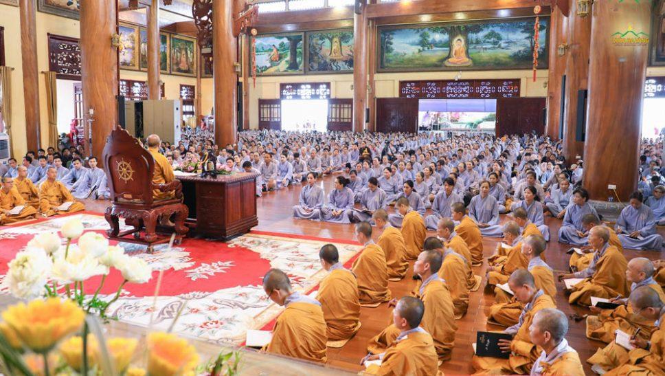 Vào ngày mùng 8, 14 và 30 âm lịch hàng tháng, rất đông các Phật tử về chùa Ba Vàng nghe Sư Phụ giảng Pháp